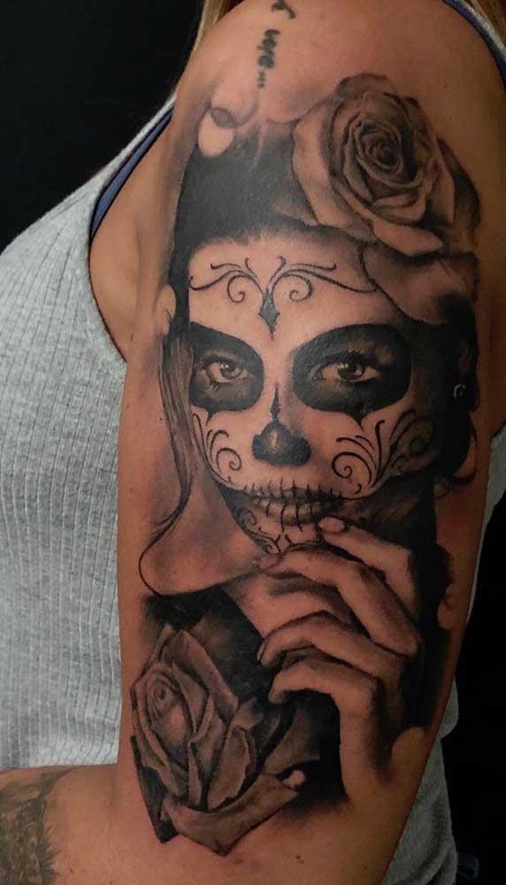 Use e abuse da criatividade na hora de fazer a tatuagem catrina.