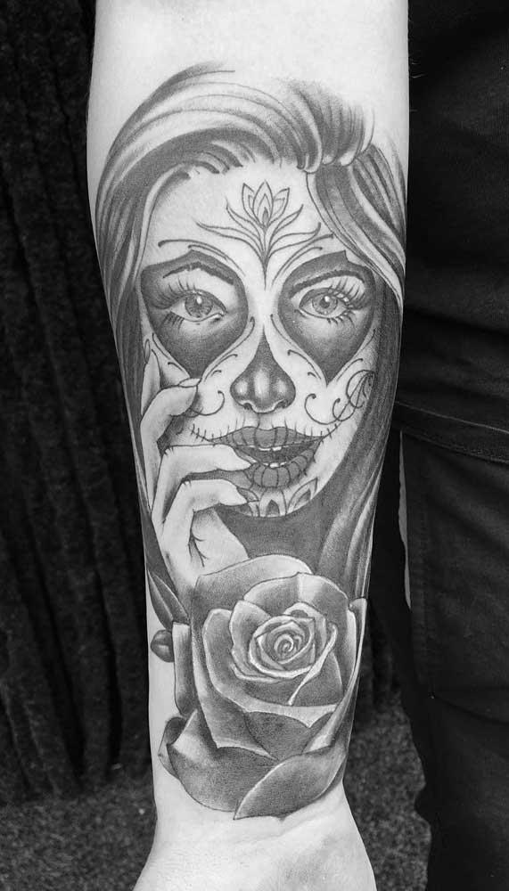 O braço é a região mais usada para fazer a tatuagem catrina.