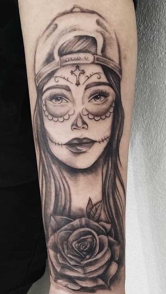 Que tal tatuar a personagem catrina no estilo mais jovem e natural?