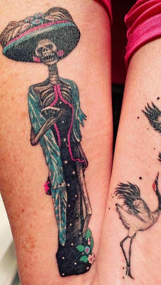 Ou simplesmente apostar na tatuagem catrina mais tradicional.