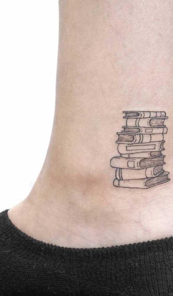 Que tal fazer uma tatuagem de livros pequena no tornozelo?