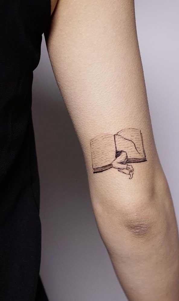 Olha que tatuagem mais delicada e diferenciada para um local mais discreto do corpo.