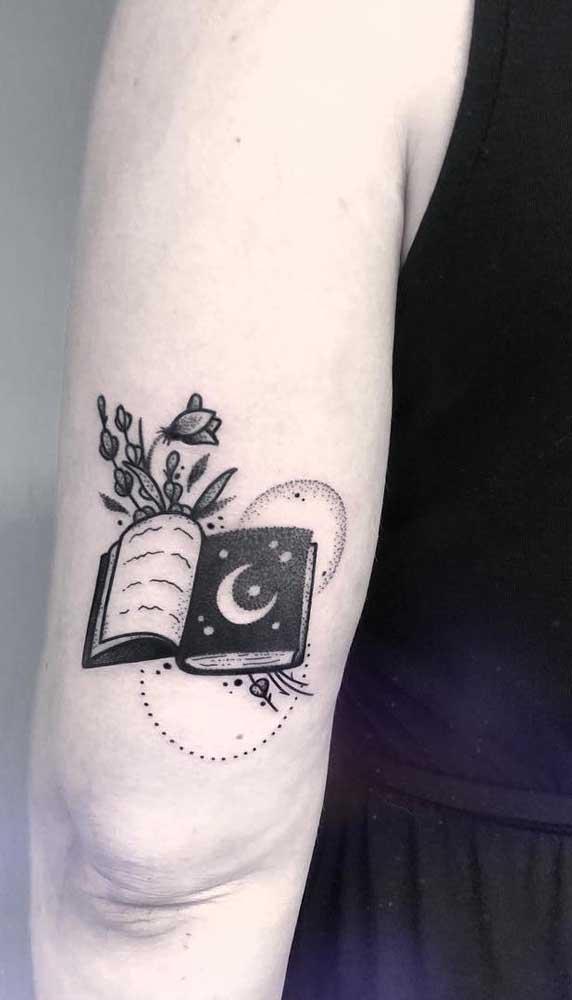 Para quem gosta de astrologia e livros, pode juntar as duas paixões em uma tatuagem só.