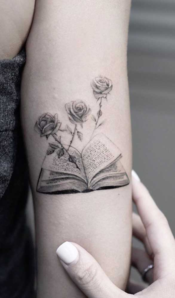 Livros e flores são figuras bem delicadas e indicadas para tatuagens femininas.