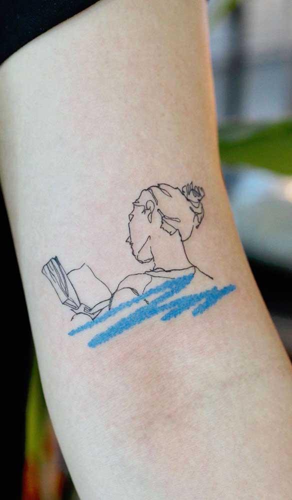Uma tatuagem livros simples com traços delicados pode ser uma ótima opção para pessoas mais discretas.