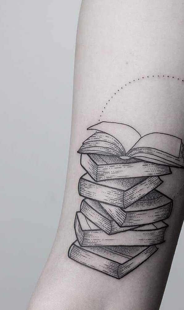 Uma pilha de livros é o que te representa? Que tal tatuar isso no seu corpo?
