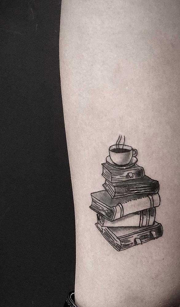 Quer combinação mais perfeita do que tatuagem de livros e café?