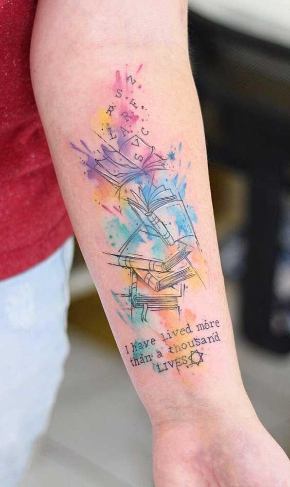 O resultado da tatuagem livros aquarela é realmente incrível.