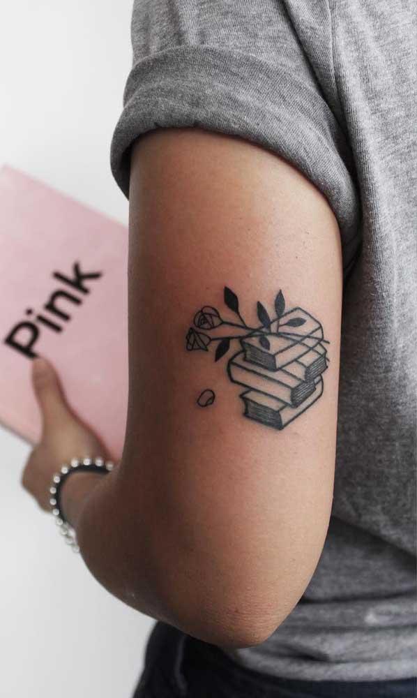 A delicadeza das flores pode ser um ótimo complemento para a sua tatuagem de livros.