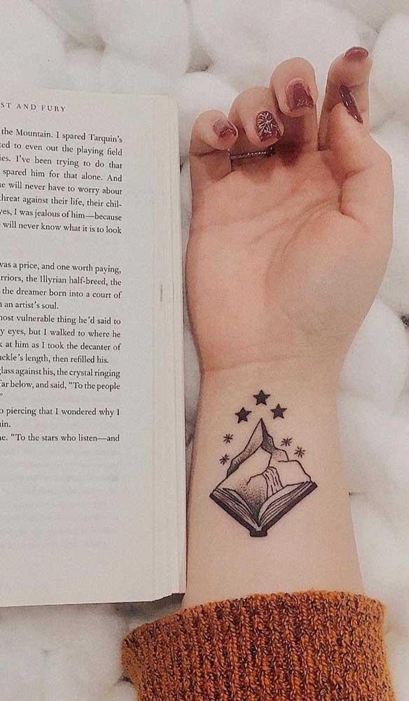 Você pode fazer várias combinações com a tatuagem de livros.