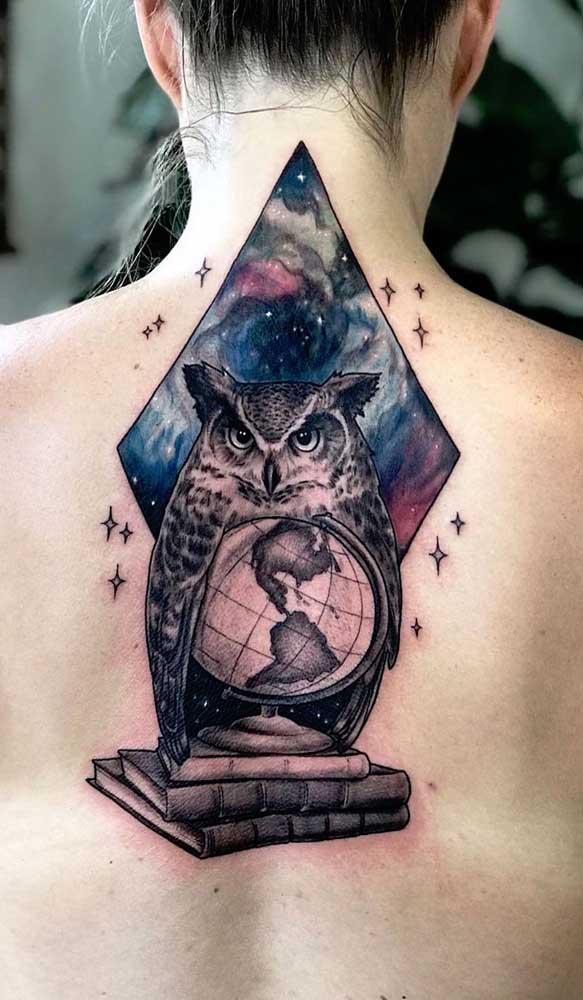 Olha que combinação mais perfeita de tatuagem de livros com coruja.