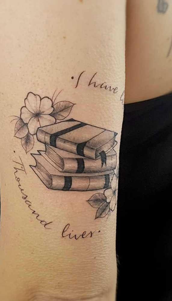 Que tal combinar a tatuagem de livros com trechos que você mais curte?
