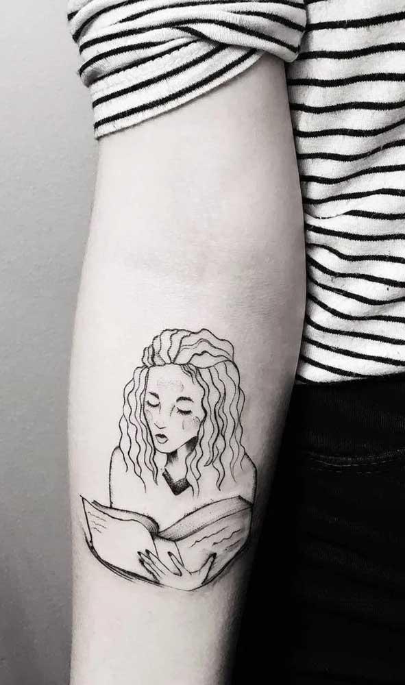 A menina lendo o livro é uma das tatuagens mais pedidas pelas mulheres.