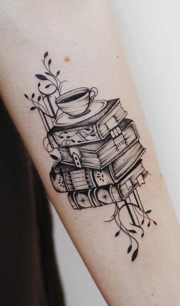 Que tal unir duas paixões em uma mesma tatuagem? Livros e café.