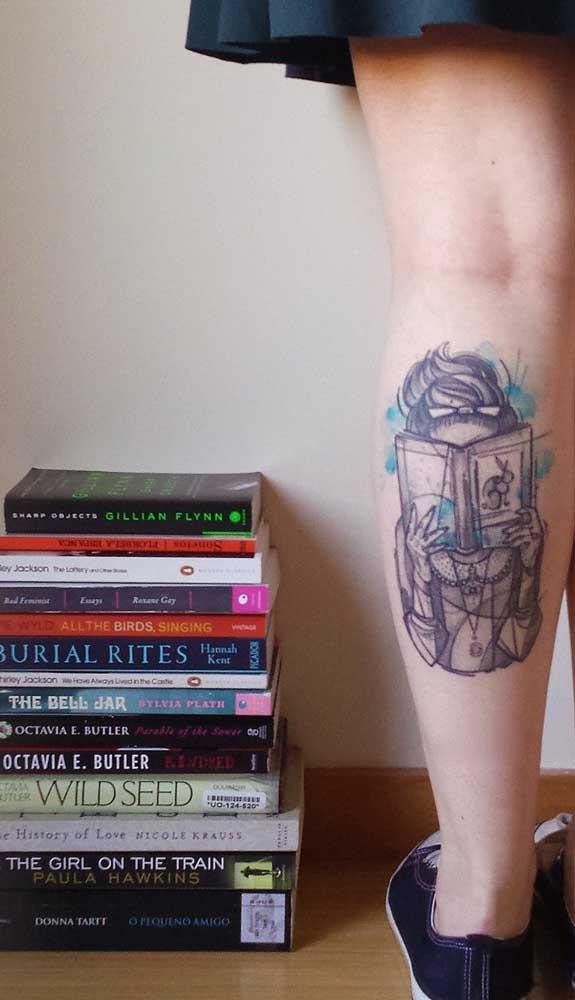 Já pensou em fazer uma tatuagem de livros na perna?