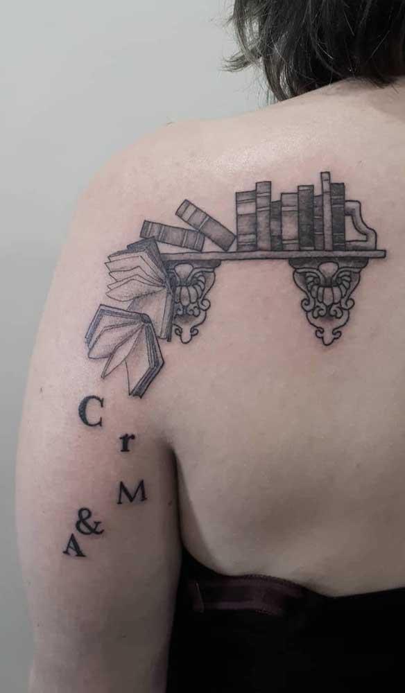 Veja que ideia criativa para fazer uma tatuagem de livros diferenciada.