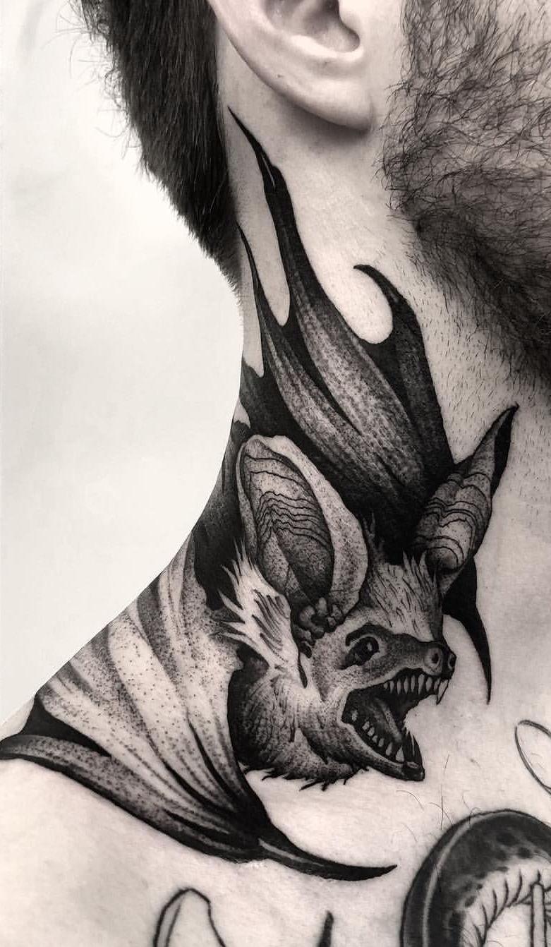 Tem figura melhor do que tatuar um morcego na nuca?