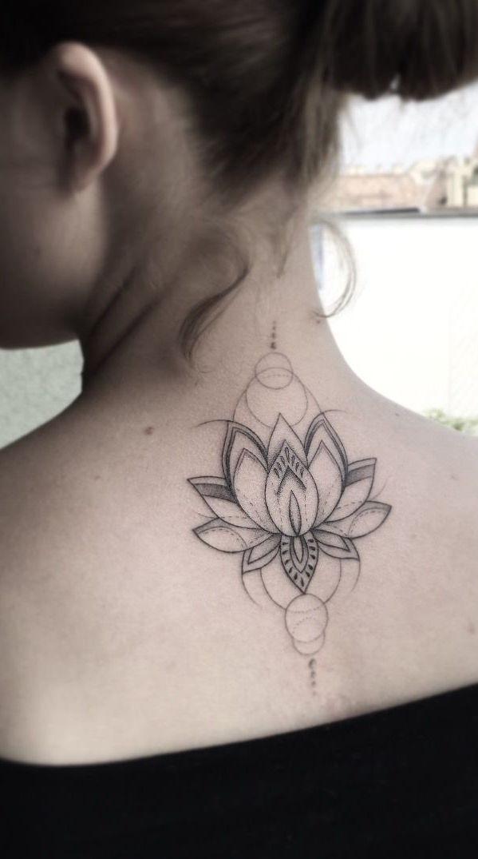 Mas a tatuagem na nuca delicada ainda é a preferida pelas mulheres.