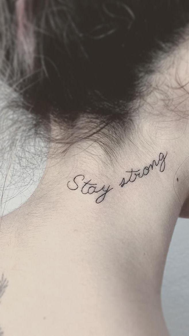 A tatuagem na nuca feminina escrita é uma das mais pedidas.