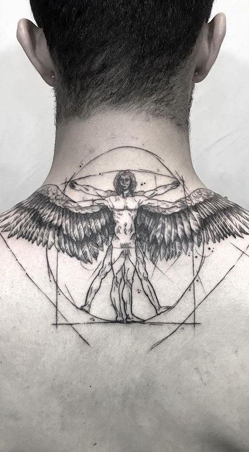 Mas vale escolher uma figura que represente algo importante para você como a tatuagem de asas na nuca.