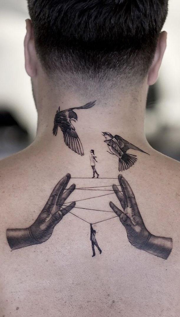Comece a sua tatuagem na nuca e termine nas costas.
