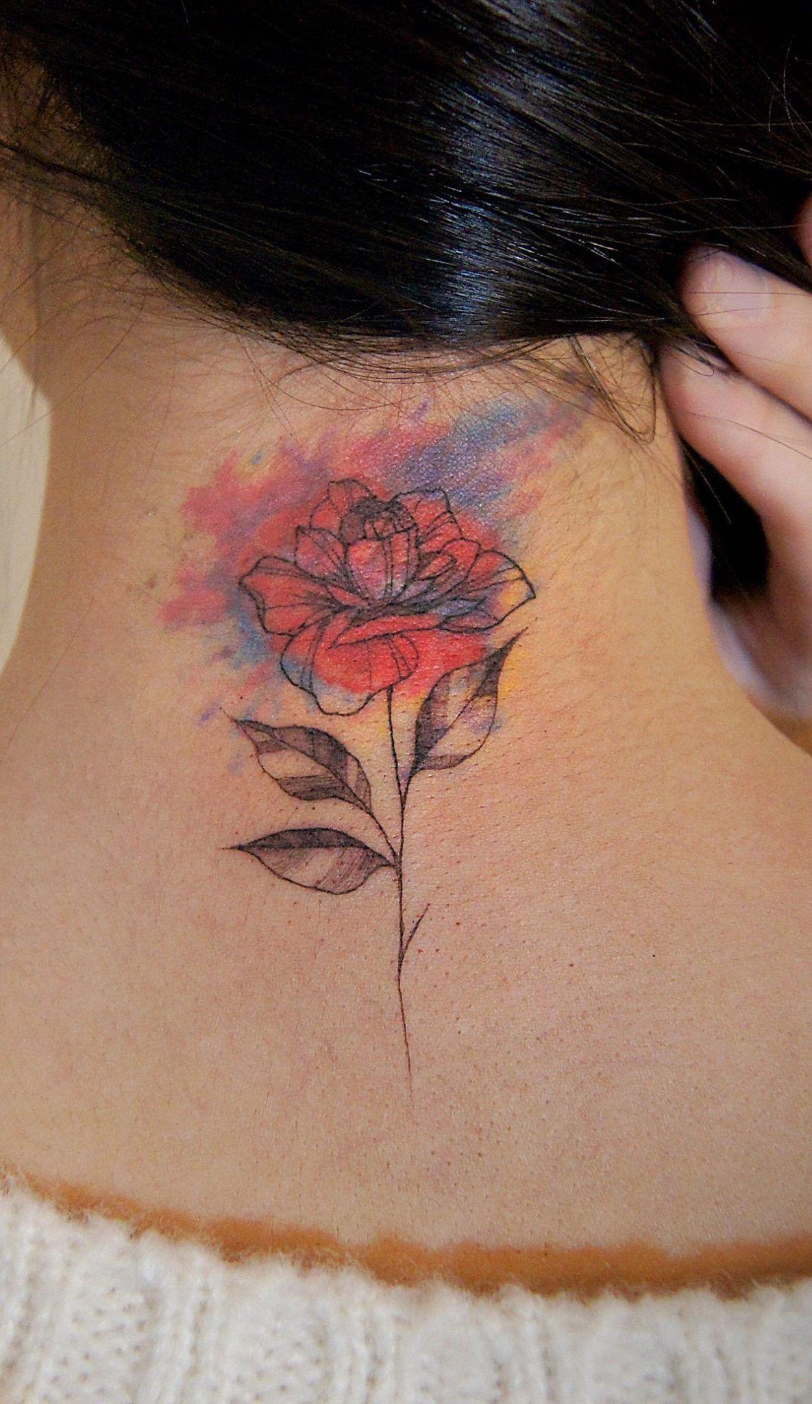 Uma flor colorida para tatuar na sua nuca.