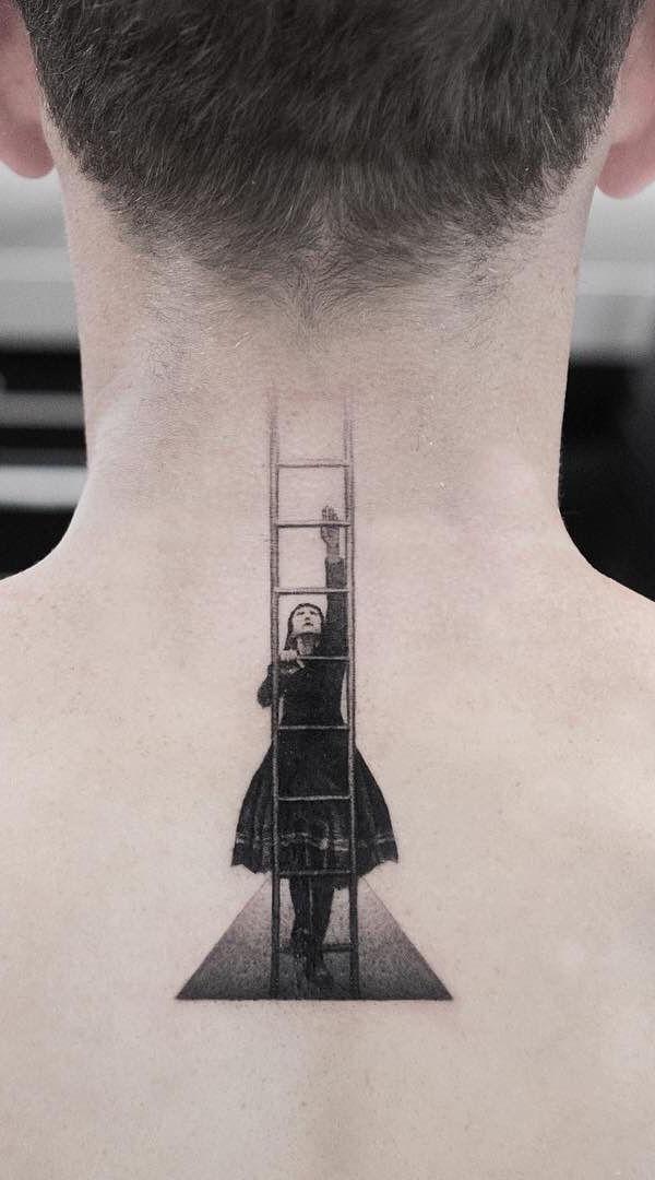 Use e abuse da criatividade na hora de fazer a tattoo na nuca.