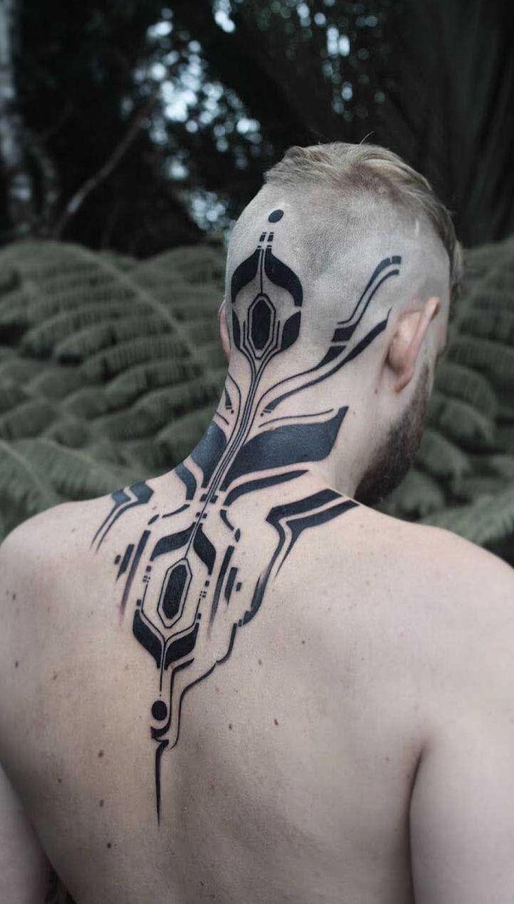 Quer radicalizar? Faça uma tatuagem começando na cabeça, passando pela nuca e terminando nas costas.