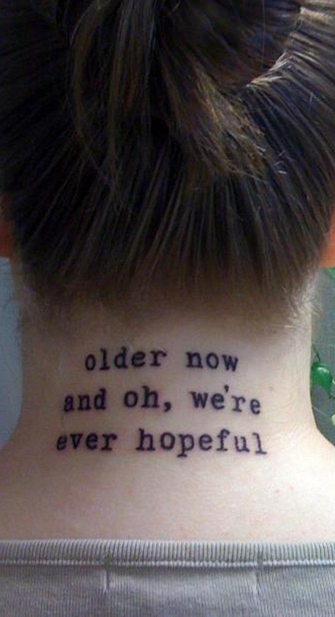 Tatue na nuca aquela frase que seja importante para sua vida.