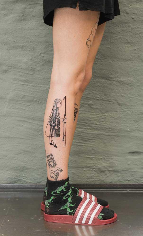 Se você quer algo mais delicado opte por uma tatuagem na panturrilha feminina.