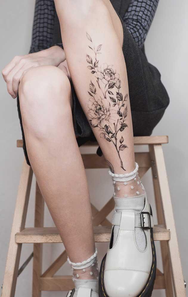 As mulheres podem apostar na tatuagem de flores na panturrilha porque é algo bem feminino.