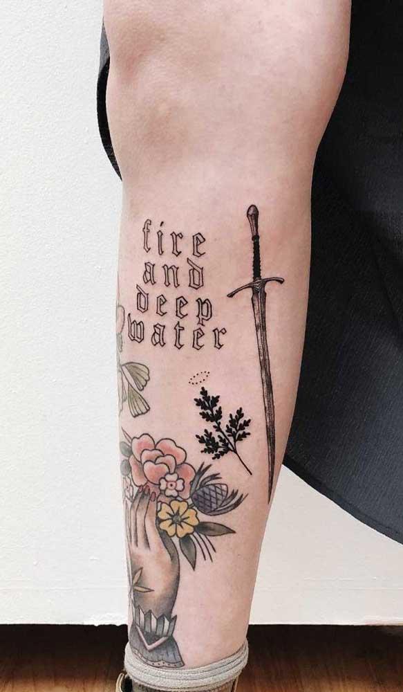 O que acha de combinar uma tatuagem na panturrilha feminina escrita com outras imagens?