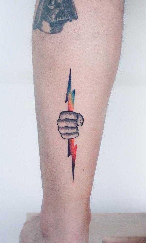 Faça uma tatuagem na panturrilha que combine com você.