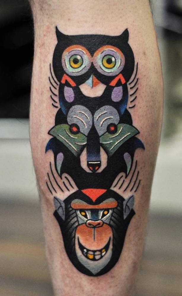 Olha que mistura mais interessante e inusitada para uma tatuagem na panturrilha.