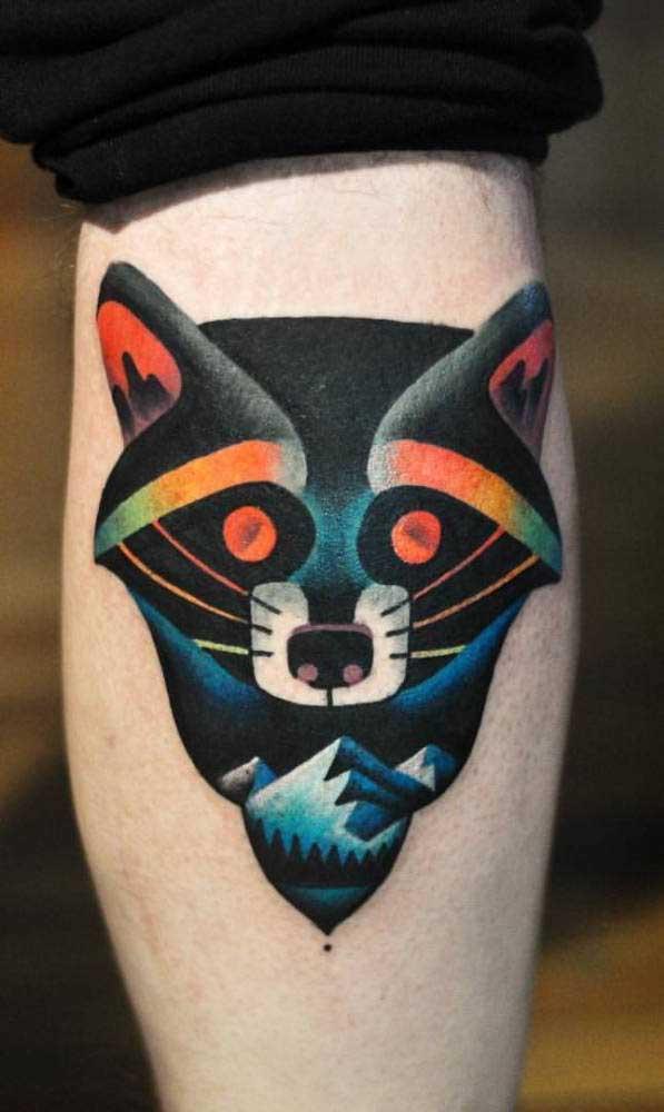 As tatuagens escuras ficam perfeitas na panturrilha.
