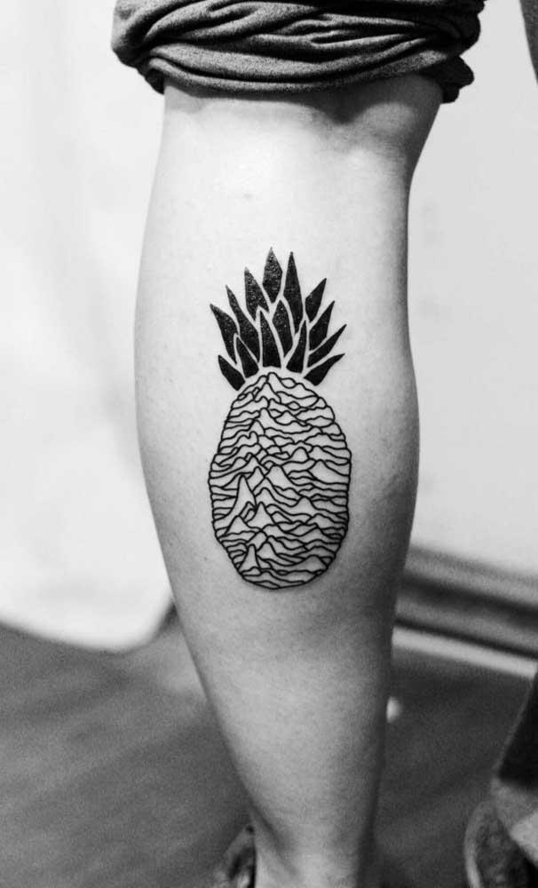 Já pensou em fazer um abacaxi como tatuagem na panturrilha?