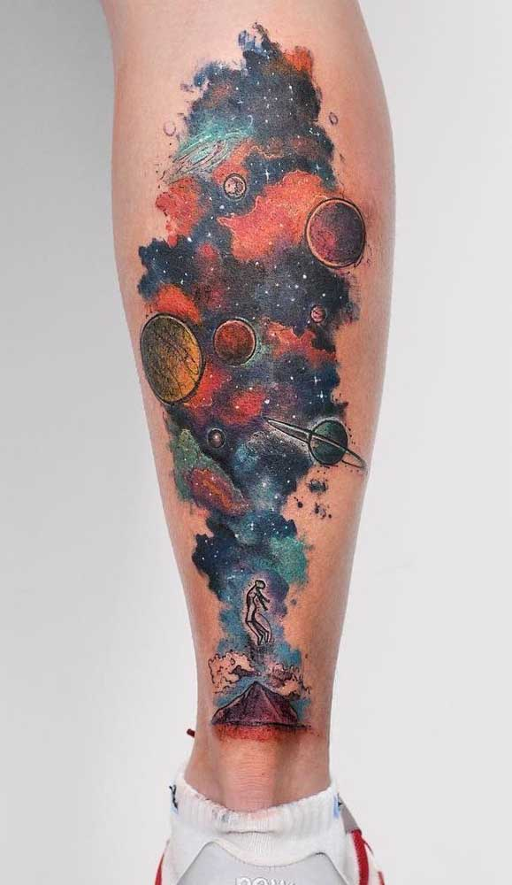 Uma mistura de cores e elementos para a tatuagem na panturrilha.