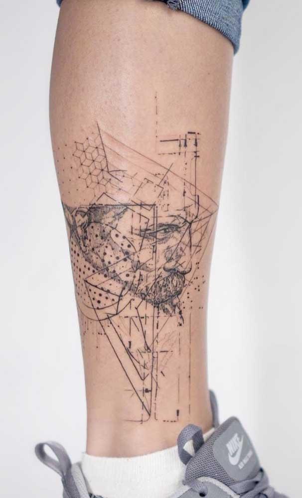 Olha que desenho diferenciado para uma tatuagem na panturrilha.