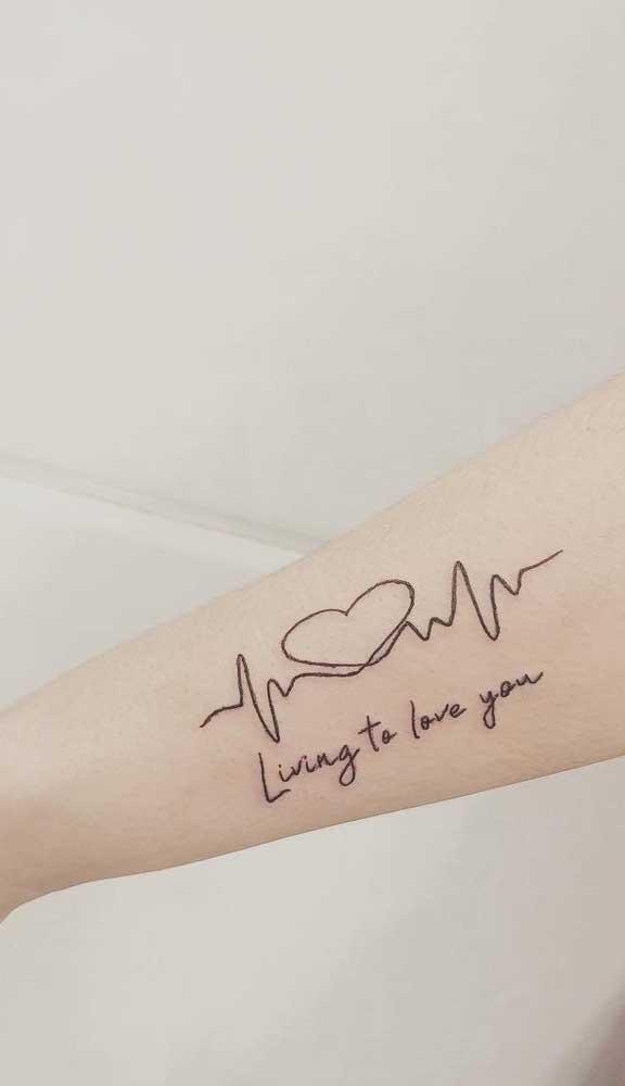 Demonstre todo o seu amor por alguém em uma tatuagem com desenho do batimento cardíaco.