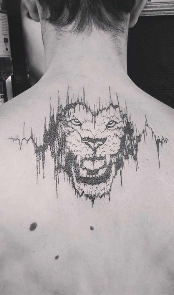 Que incrível essa tatuagem batimento cardíaco com a figura de um leão nas costas.