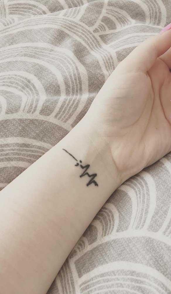 No pulso a tatuagem batimento cardíaco fica mais discreta.