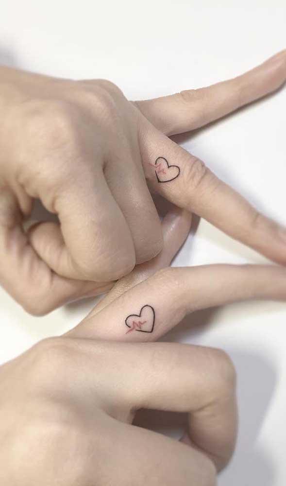 Um coração que bate por outro coração eternizado em uma tatuagem.