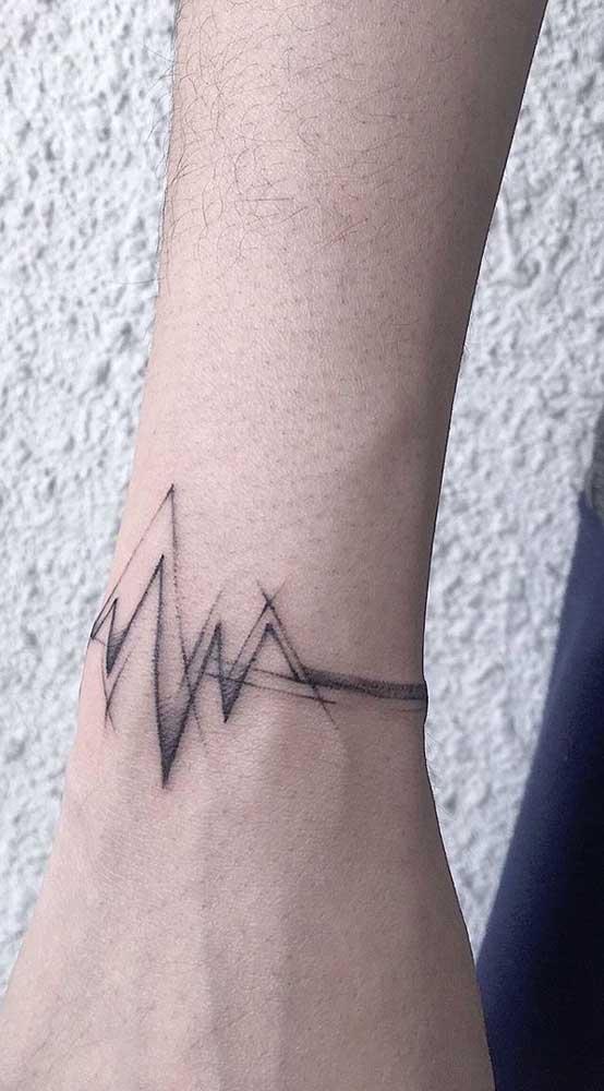 Coloque uma tatuagem batimento cardíaco no seu pulso.