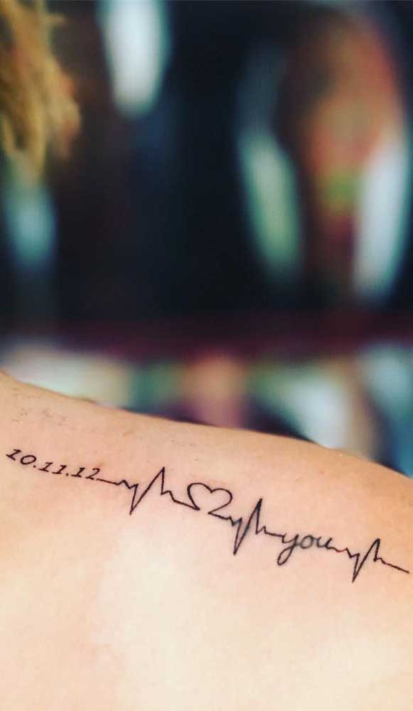 O que acha de fazer uma tatuagem batimento cardíaco no braço com uma data que tenha significado para você?