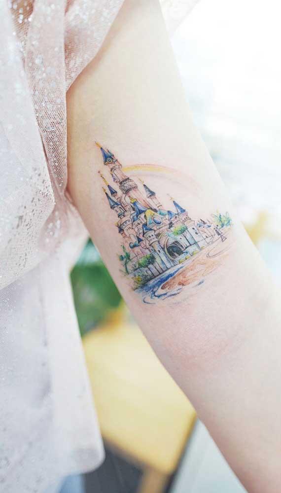 Que tal fazer uma tatuagem fofa com a imagem do lugar dos seus sonhos?