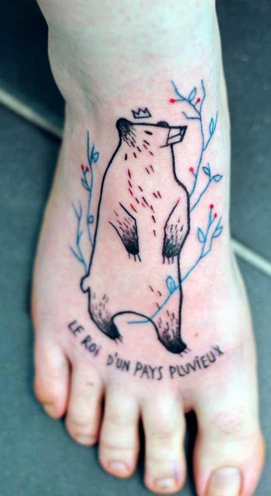 Apesar de ser uma área dolorida é possível fazer uma tatuagem fofa no pé.