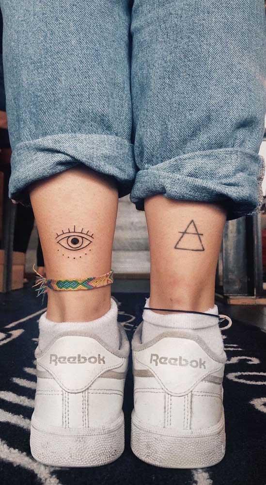 Ao invés de fazer uma tatuagem fofa, faça duas em cada tornozelo.