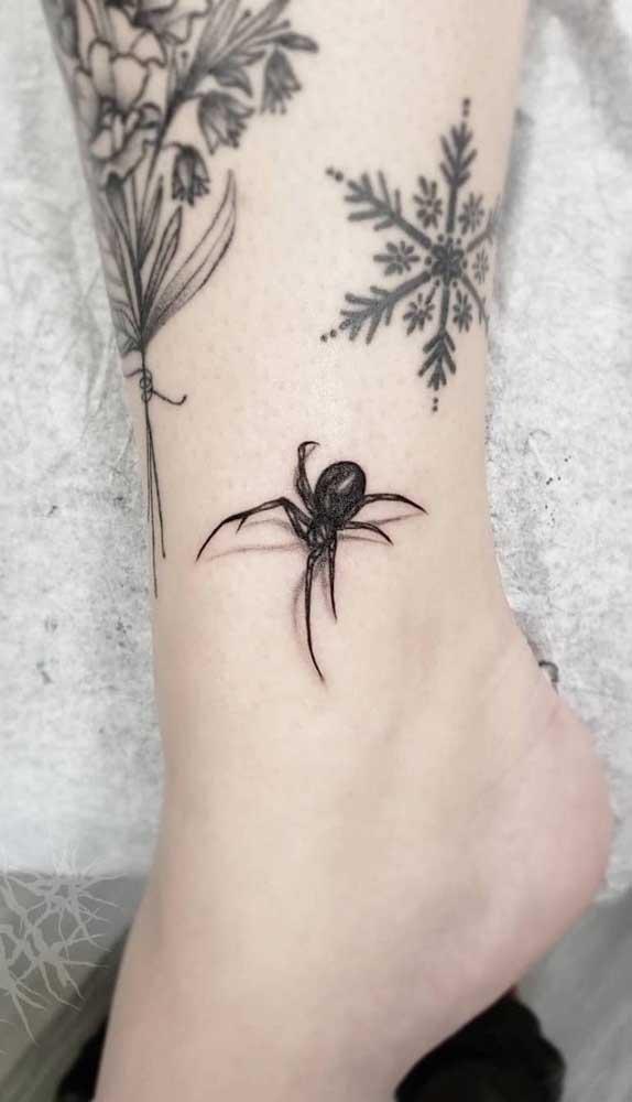 Uma aranha não é uma tatuagem tão fofa assim.