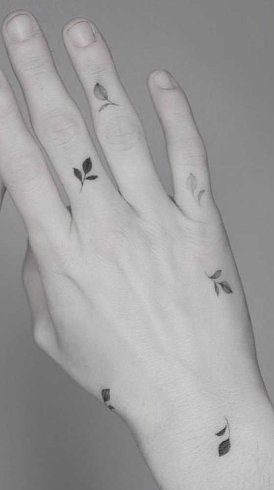 Já viu tatuagem mais delicada e fofa do que essa que começa nos dedos e vai até o pulso?