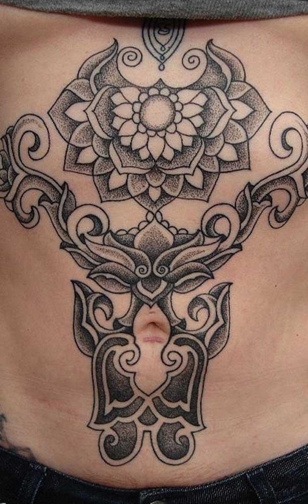 A tatuagem na barriga é uma ótima oportunidade de esconder cicatriz.